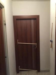 דלת אגוז עם פסי ניקל קוואטרו מתכתי
