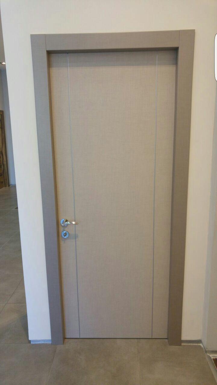 דלת פורמיקה אפורה גוון מיוחד עם שני פסי ניקל