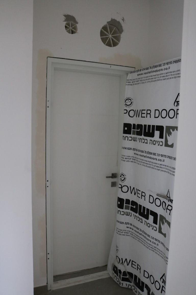דלת לממד בציפוי פורמיקה לבנה נגד מים