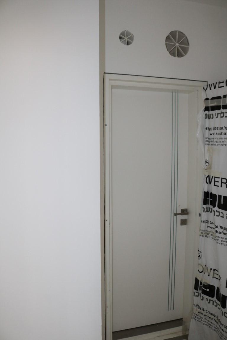 דלת פנים לממד לבן עם שלושה פסי ניקל