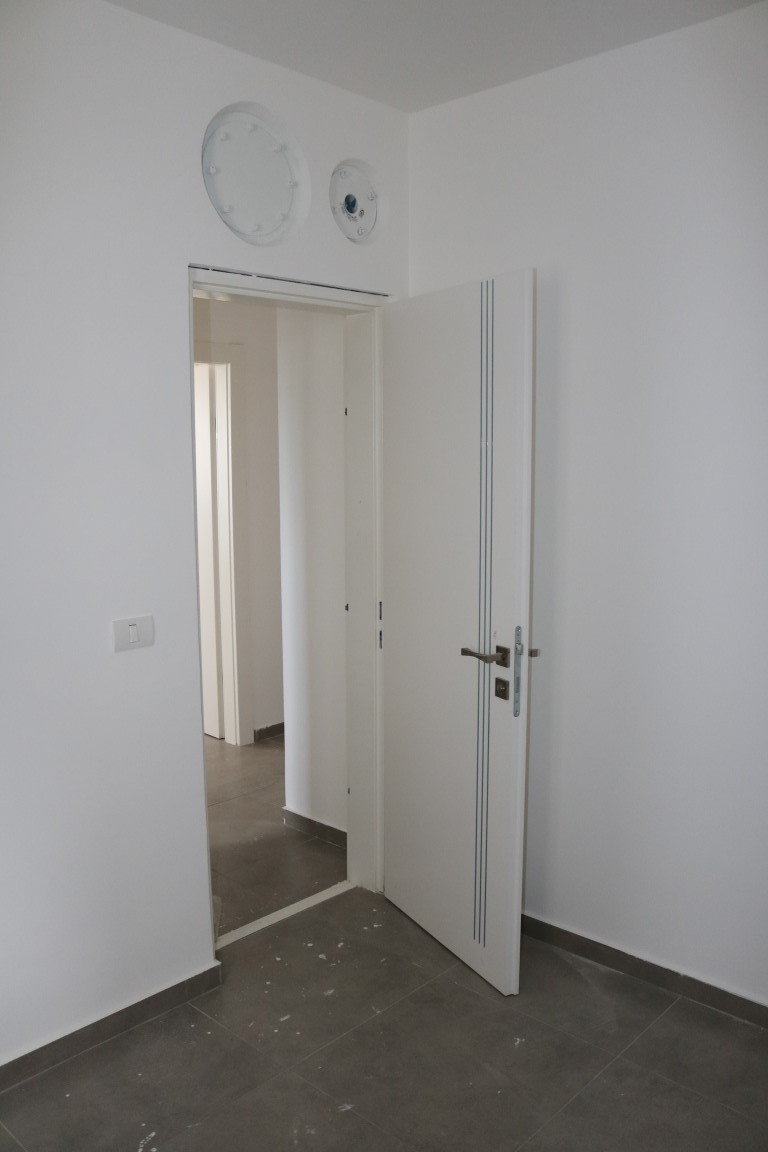 דלת פנים לממד עם שלושה פסי ניקל
